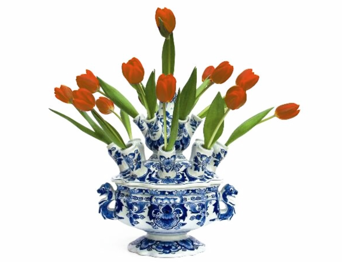 A typical Dutch picture: orange tulips in the famous Delft Blue tulip vase. Tulips originally come from Turkey, the Delft Blue earthenware is an imitation of the Chinese porcelain from the Ming period.